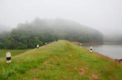 Enevoado e chovendo na manhã no grande reservatório de A em Pang Ung Imagem de Stock