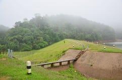 Enevoado e chovendo na manhã no grande reservatório de A em Pang Ung Fotos de Stock Royalty Free