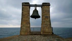Enevoe Bell na cidade velha de Chersonesus Tavrichesky na costa do Mar Negro fotos de stock