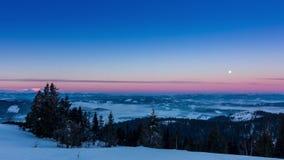 Enevoe mover-se sobre a montanha no inverno com um céu estrela-dado forma vídeos de arquivo