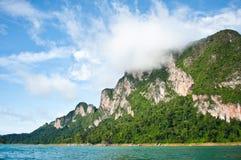 Enevoe na montanha, o mar em Tailândia Imagens de Stock