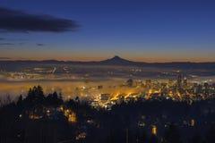 Enevoe o rolamento dentro no alvorecer sobre a arquitetura da cidade de Portland Fotos de Stock