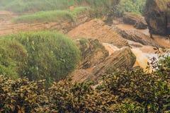 Enevoe sobre o rio, Vietname, Dalat fotos de stock