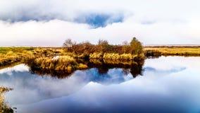 Enevoe a suspensão sobre Pitt River e o pântano de Pitt-Addington em Pitt Polder perto do bordo Ridge no Columbia Britânica, Cana Imagem de Stock