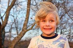 Enfaldig pojke som utanför ler Royaltyfri Fotografi
