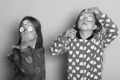 Enfance, amitié et concept de bonheur Pose d'enfants sur le fond rose Enfants avec les visages fiers Images stock