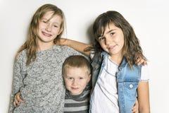 Enfance, amour, bonheur et liens de famille Portrait d'intérieur de beaux soeurs et frère mignons d'enfants images libres de droits