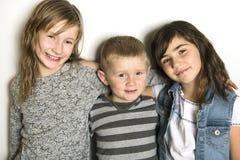 Enfance, amour, bonheur et liens de famille Portrait d'intérieur de beaux soeurs et frère mignons d'enfants image libre de droits