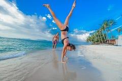 Enfance dans l'âme : quelques trente-année-olds sautant et Photos stock