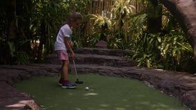 Enfance espiègle Peu jeu Mini Golf Outdoor de fille banque de vidéos