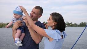 Enfance heureux de nourrisson outre des parents affectueux, reste d'été des ajouter chanceux au bébé sur le lac, banque de vidéos
