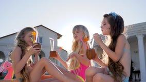 Enfance heureux de petites soeurs, week-end d'été de beaux enfants des parents riches à la villa, partie des enfants banque de vidéos