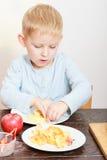 Enfance heureux Enfant d'enfant de garçon mangeant du fruit épluché de pomme À la maison Photo libre de droits
