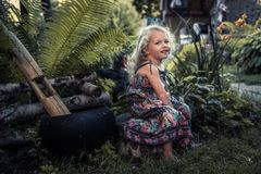 Enfance insouciant heureux de sourire de concept de campagne de belle fille gaie heureuse d'enfant dans le mode de vie rustique d photographie stock