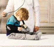 Enfance, science et concept médical d'éducation Le garçon fait des expériences photos libres de droits