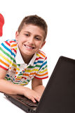 Enfant à l'aide d'un ordinateur Images libres de droits