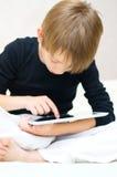 Enfant à l'aide de la tablette image libre de droits
