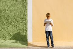 Enfant à l'aide de la tablette dehors Photo stock