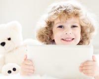 Enfant à l'aide du PC de tablette photos stock