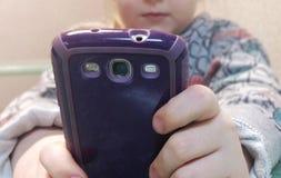 Enfant à l'aide du smartphone Image stock
