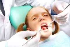 Enfant à l'art dentaire image stock