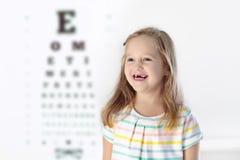Enfant à l'enfant d'essai de vue d'oeil à optitian Eyewear pour des enfants photographie stock libre de droits