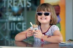 Enfant à la boutique de crème glacée  Photo stock