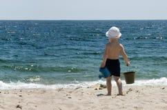 Enfant à la mer Image libre de droits