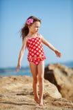 Enfant à la plage en été images stock
