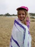 Enfant à la rivière. Image stock