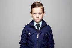 enfant élégant dans le lien, enfant d'affaires photos stock