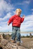 Enfant équilibrant sur le logarithme naturel Images libres de droits