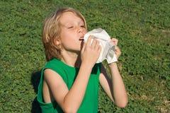 Enfant éternuant avec l'allergie Image libre de droits