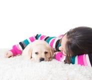 Enfant étreignant le chiot de Labrador Photos stock