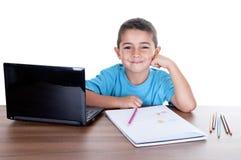 Enfant étudiant avec l'ordinateur Images stock