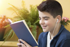 Enfant étudiant avec le livre image stock
