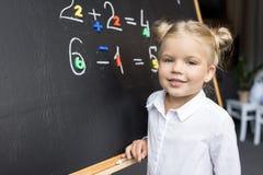 Enfant étudiant des nombres Images libres de droits