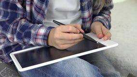 Enfant étudiant, dessin d'enfant utilisant la Tablette, écrivant des devoirs d'école, jeu de fille banque de vidéos
