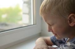 Enfant absent Jouet abandonné solitude Images libres de droits