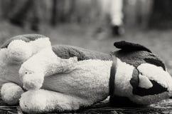 Enfant absent Jouet abandonné solitude Image noire et blanche Images stock
