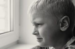 Enfant absent Jouet abandonné solitude Image noire et blanche Image stock