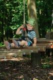 Enfant actif en parc d'aventure Images libres de droits