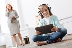 Enfant actif imaginatif appréciant un jour dans le bureau photo stock