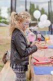 Enfant actif jouant dehors et peignant Photographie stock libre de droits