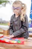 Enfant actif jouant dehors et peignant Image stock