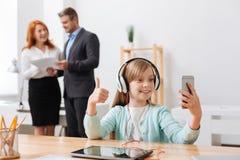 Enfant actif vibrant capturant le moment dans le bureau Photos stock