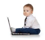 Enfant adorable à l'aide d'un ordinateur portatif Image stock