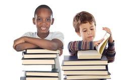 Enfant adorable avec beaucoup de livres Image stock