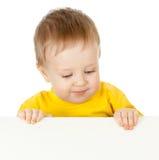 Enfant adorable avec le drapeau de publicité blanc Image stock