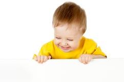 Enfant adorable avec le drapeau de publicité blanc Photographie stock